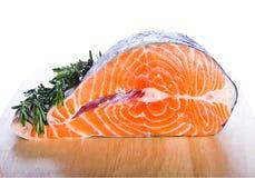Peixes dos salmões vermelhos com rosemary Fotos de Stock Royalty Free