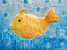 peixes dourados do Bas-relevo ', feitos a mão Materiais: massa de vidraceiro, pinturas acrílicas fotografia de stock royalty free