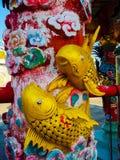 Peixes dourados no templo dos lombos foto de stock royalty free