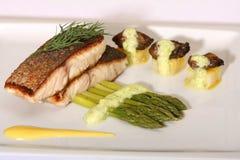 Peixes e espargos da truta imagens de stock royalty free
