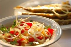 Peixes e salada Foto de Stock