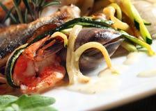 Peixes e sea-food despedidos fotos de stock royalty free