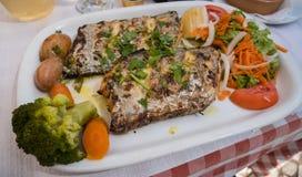 Peixes e vegetais grelhados deliciosos - alimento português típico no Algarve, Portugal imagens de stock