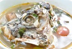 Peixes fervidos picantes da cabeça do Tilapia na sopa de tom yum na bacia fotos de stock royalty free