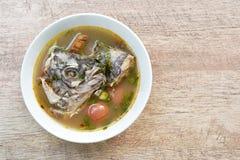 Peixes fervidos picantes da cabeça do Tilapia na sopa de tom yum na bacia imagem de stock