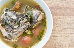 Peixes fervidos picantes da cabeça do Tilapia na sopa de tom yum na bacia fotografia de stock