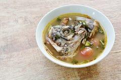 Peixes fervidos picantes da cabeça do Tilapia na sopa de tom yum na bacia fotografia de stock royalty free