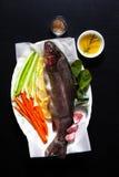 Peixes frescos crus com vegetais e especiarias Cenouras e aipo O Fotografia de Stock Royalty Free