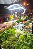 Peixes frescos e vegetais oferecidos Foto de Stock