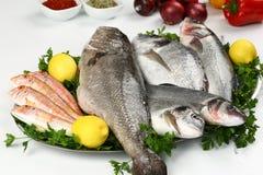 Peixes frescos e vegetal na placa imagem de stock royalty free
