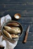 Peixes frescos em uma bandeja do vintage imagens de stock