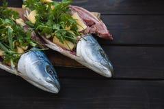 Peixes frescos no fundo de madeira Amberjack das savelhas Fotos de Stock