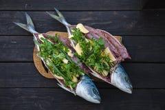 Peixes frescos no fundo de madeira Amberjack das savelhas Imagem de Stock