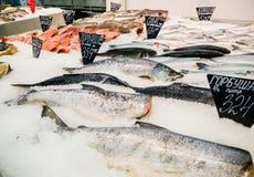 Peixes frescos no gelo para a venda no mercado foto de stock