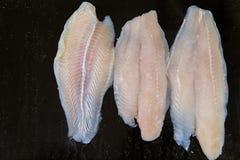 Peixes frescos O peixe enfaixa para a venda em um mercado de peixes indicado com um efeito dos retalhos imagens de stock