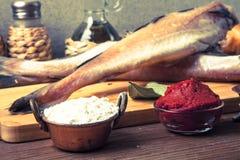 Peixes frescos, vegetais, farinha, pasta do tomatoe e especiarias em uma corte Foto de Stock Royalty Free