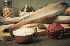 Peixes frescos, vegetais, farinha, pasta do tomatoe e especiarias em uma corte Fotografia de Stock