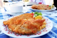 Peixes fritados com a batata na placa Fotografia de Stock