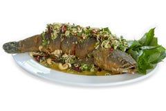 Peixes fritados com erva misturada e molho doce na placa branca fotos de stock