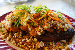 Peixes fritados com ervas frescas e molho picante doce Imagens de Stock Royalty Free