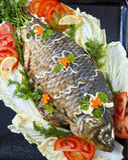 Peixes fritados com legumes frescos Imagem de Stock Royalty Free