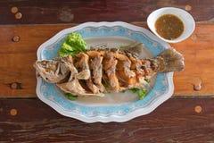 Peixes fritados com molho de peixes foto de stock royalty free