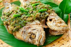 Peixes fritados com molho do chlli fotos de stock