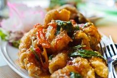 Peixes fritados com três tailandeses molho flavored. Imagens de Stock