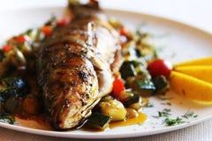 Peixes fritados com vegetais Fotografia de Stock