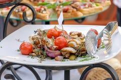 Peixes fritados com vegetais e os vegetais lemonGrilled Fotografia de Stock