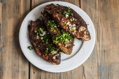 Peixes fritados crucian na placa na tabela de madeira Fotografia de Stock Royalty Free