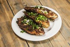 Peixes fritados crucian na placa na tabela de madeira Fotos de Stock Royalty Free