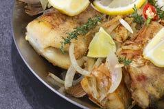 Peixes fritados em uma bandeja Fotos de Stock