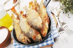Peixes fritados em uma frigideira Fotografia de Stock