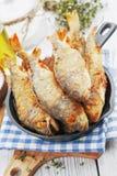 Peixes fritados em uma frigideira Imagens de Stock