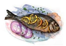 Peixes fritados em uma placa com chalotas e fatias do limão, esboço Imagens de Stock Royalty Free