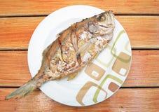 Peixes fritados no prato Foto de Stock