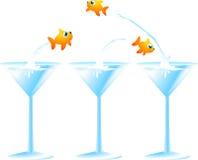 Peixes goldish pequenos que saltam de um cocktail Fotos de Stock Royalty Free