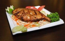 Peixes gordos com salada e alguns vegetais na placa branca imagens de stock royalty free