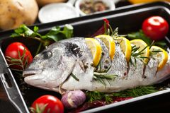 Peixes grelhados com batatas e os vegetais roasted fotos de stock