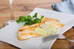 Peixes grelhados com batatas vermelhas Fotografia de Stock Royalty Free
