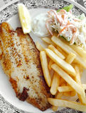Peixes grelhados com fritadas e salada de repolho Imagens de Stock Royalty Free