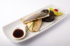 Peixes grelhados com risoto preto Fotos de Stock