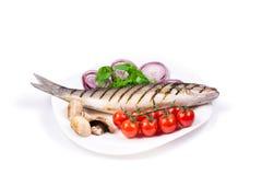 Peixes grelhados com vegetais Imagens de Stock