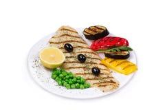 Peixes grelhados com vegetais Fotos de Stock