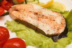 Peixes grelhados com vegetais Foto de Stock