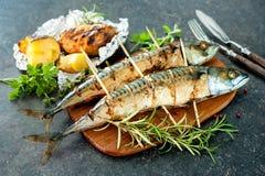 Peixes grelhados da cavala com batatas cozidas Fotos de Stock