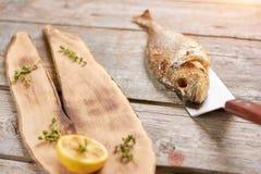 Peixes grelhados do dorado com especiarias na tabela de madeira Imagem de Stock