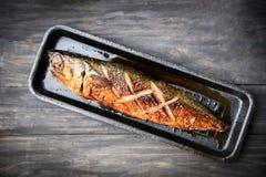 Peixes grelhados do saba com molho doce na bandeja com fundo escuro imagem de stock royalty free