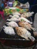 Peixes grelhados do Tilapia na peneira do metal para a venda no mercado Alimento tailandês da rua imagem de stock royalty free